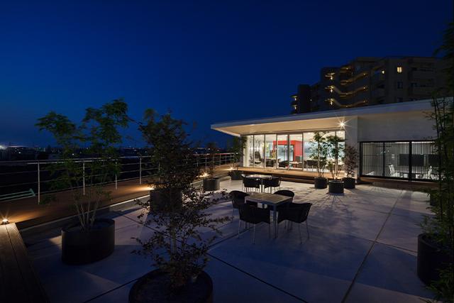 食堂から出れるベランダ(夜風景)。屋内のライトがきれいに見えて、雰囲気があります。